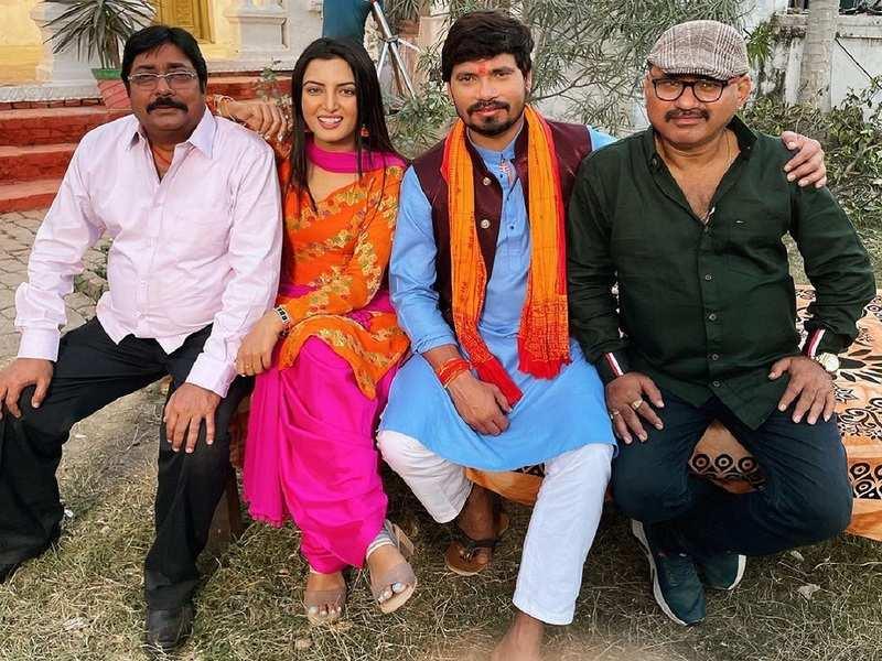 'Banarasi Babu': Sonalika Prasad shares a picture with the team