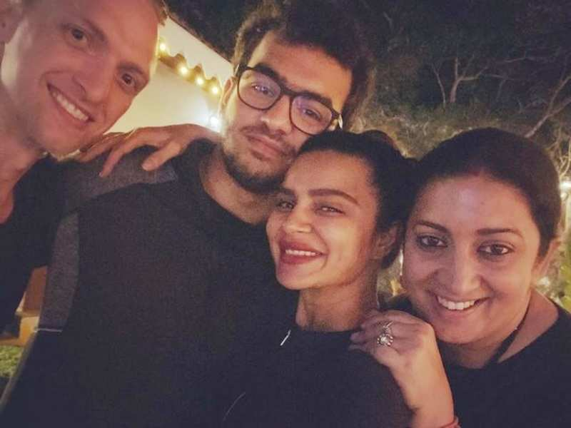 Aashka Goradia meets Smriti Irani and her son Zohr in Goa; showers praises on her for being a 'great mother, true friend and a loving wife'