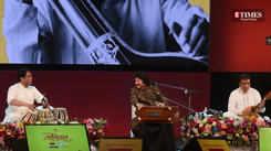 Pankaj Udhas performed 'Chandi jaisa rang hai tera sone jaise bal' at Vasantotsav