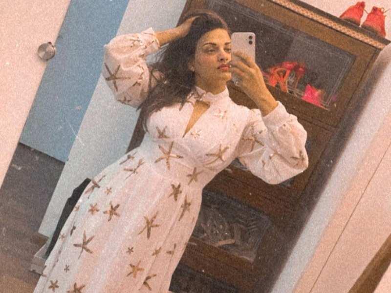 Bigg Boss fame Himanshi Khurana drops a photo sporting a pretty dress with stars; boyfriend Asim Riaz reacts