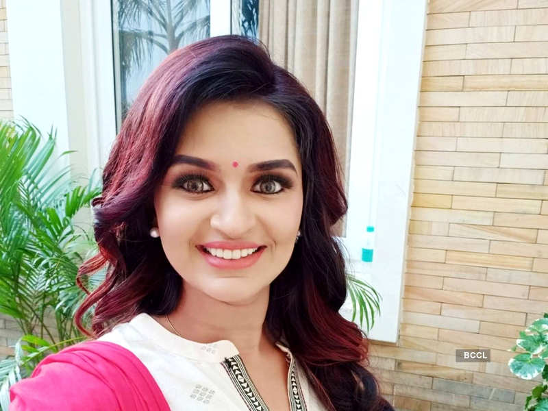 Watch: Actress Anandhi Ajay flaunts her love for Veena; attempts to learn 'Yamunai Aatrile' in one day (Photo - Instagram)