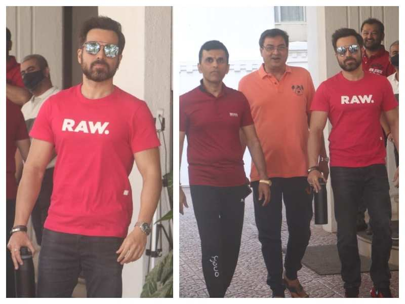 Photos: Emraan Hashmi looks stylish as he gets snapped by the paparazzi with 'Chehre' producer Anand Pandit and director Rumy Jafry