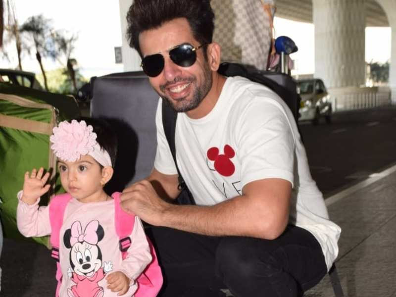 Mahhi Vij and Jay Bhanushali's daughter takes her first flight dressed adorably in pink; waves to the paparazzi
