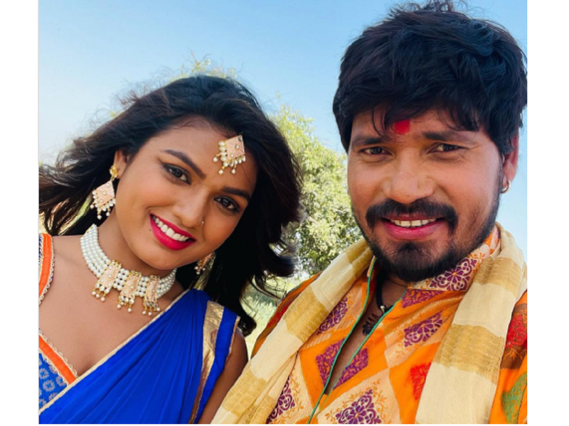 'Banarasi Babu': Pravesh Lal Yadav shares a selfie with co-star Manisha Yadav from the set
