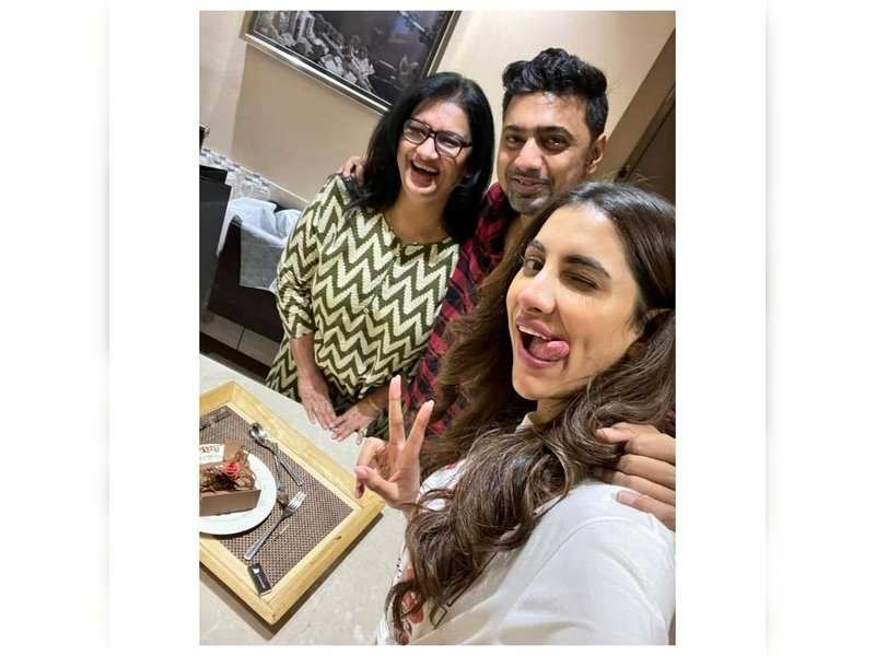 Dev flies to Mumbai to be with Rukmini on her mom's birthday