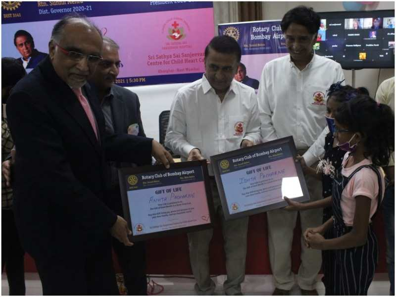 Sunil Gavaskar presents certificates to the kids at the hospital