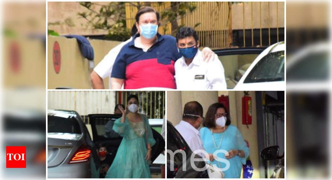 Kareena Kapoor Khan along with parents Randhir, Babita and kid Taimur arrive at Karisma Kapoor's residence for Samiera's birthday bash – Times of India