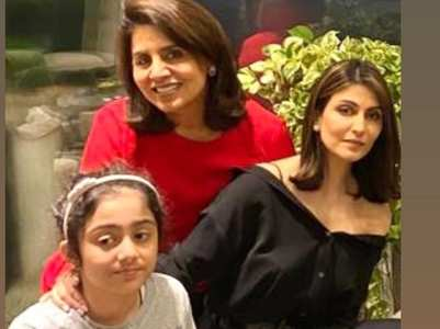 Neetu poses with Riddhima & Samara