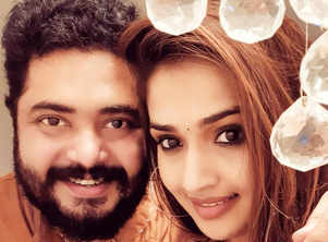 Vidya surprised by Vinu on B'day;watch