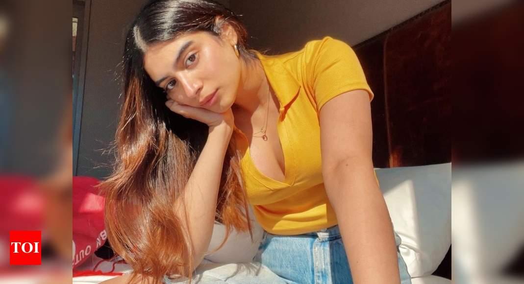 Janhvi responds to Khushi Kapoor's summer pic