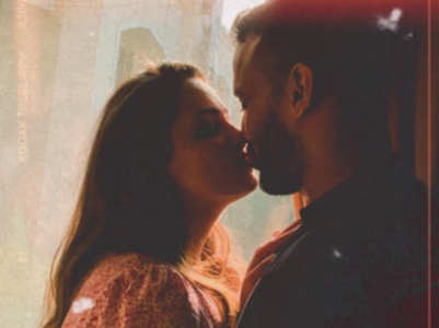 Anita-Rohit steal a kiss; who's watching?