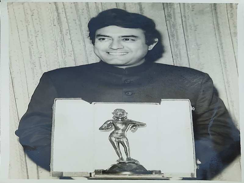 Sanjeev Kumar with the National award in 1973 for Koshish