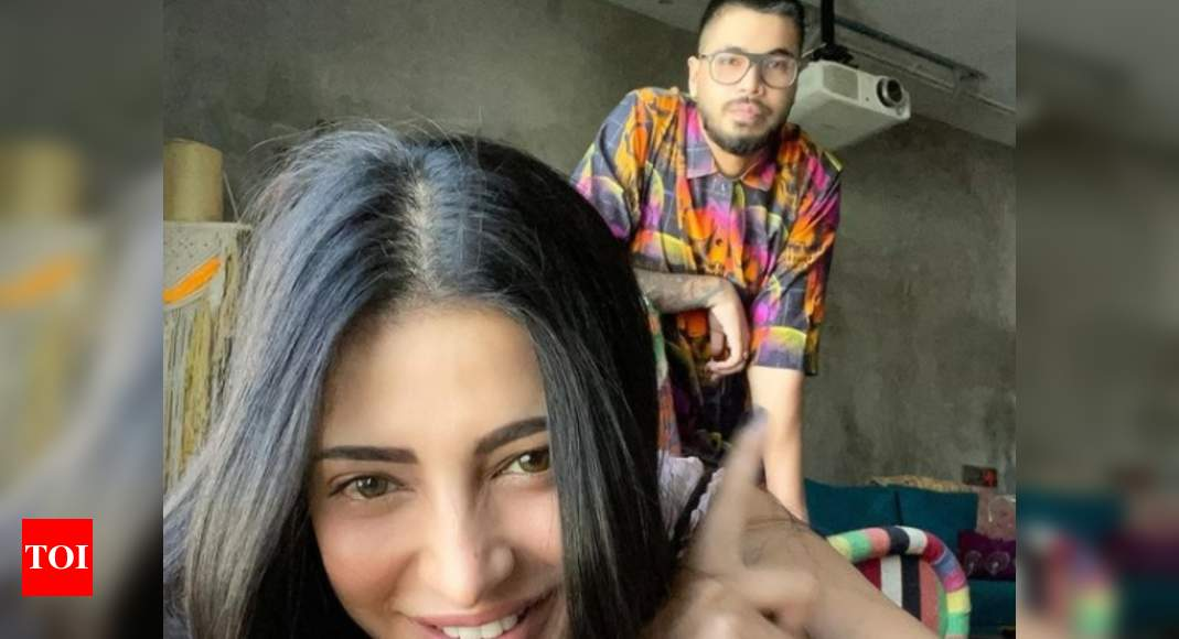 Shruti's beau photobombs her latest pic