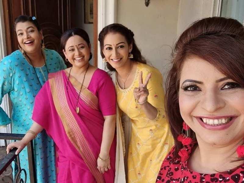 Taarak Mehta actress Jennifer Mistry aka Roshan shares BTS photos of 'mahila mandal' shooting in Popatlal's balcony; a user says, 'Daya bhabhi is missing'