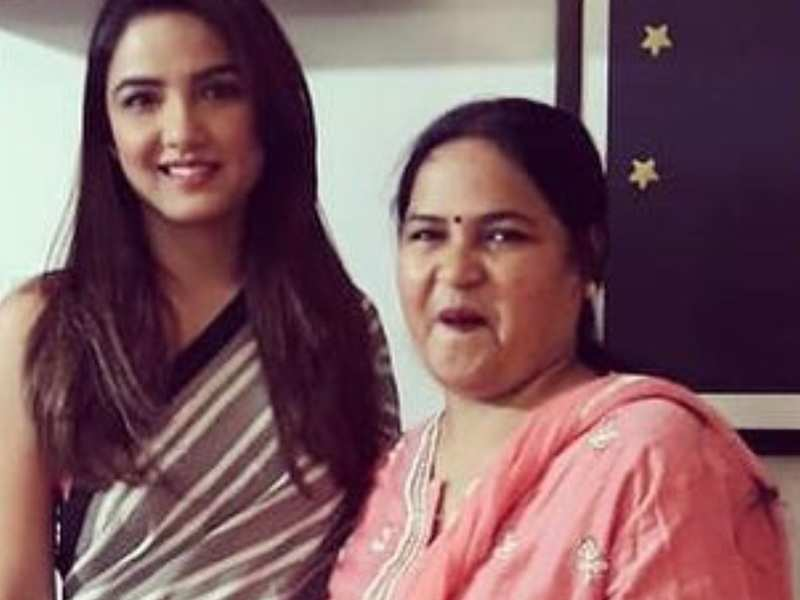 Bigg Boss fame Jasmin Bhasin's mom gets discharged from hospital; actress thanks everyone for their prayers
