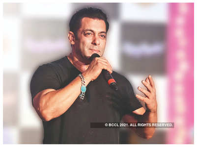 Salman helps a boy who lost his dad to COVID