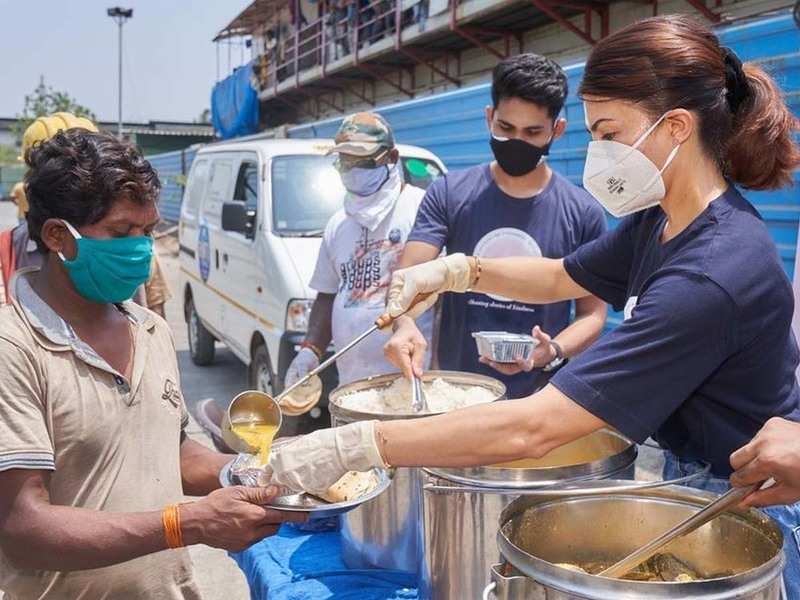 Jacqueline Fernandez distributes food as part of COVID relief initiatives
