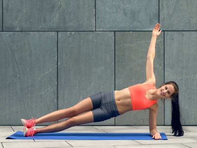Experts swear by this 2-in-1 plank for a flat belly