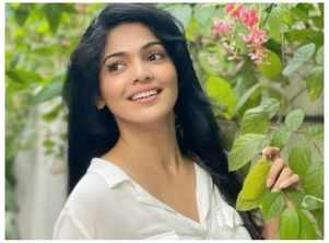 Pooja Sawant stuns in white outfit