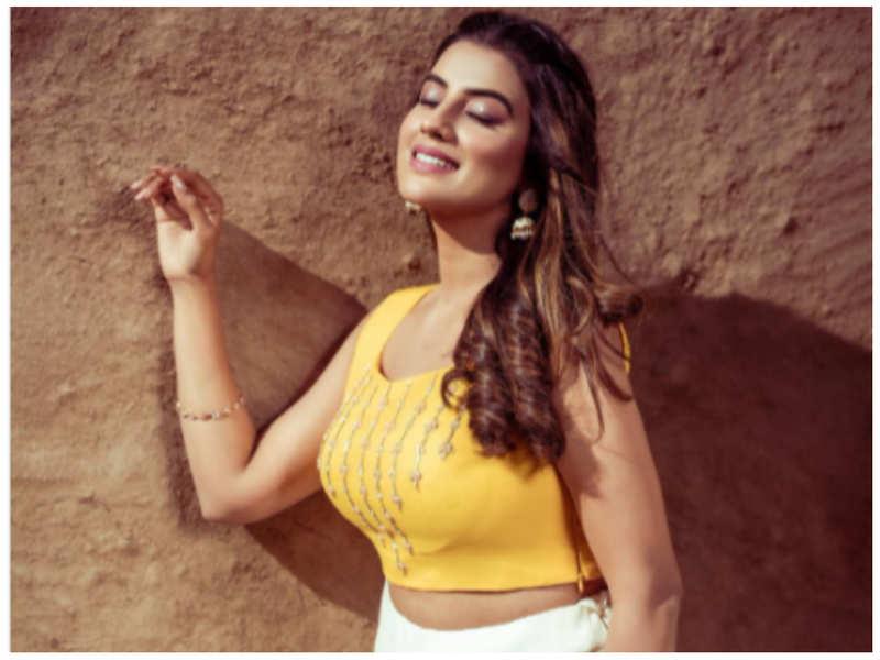 Akshara Singh looks dreamy in her latest post