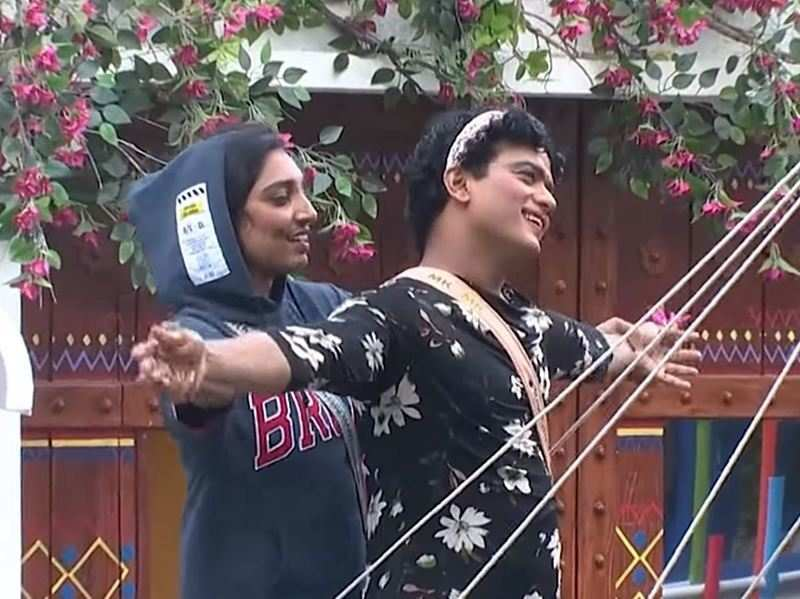 Bigg Boss Malayalam 3: Rithu Manthra and Manikuttan steal the show with their romantic act