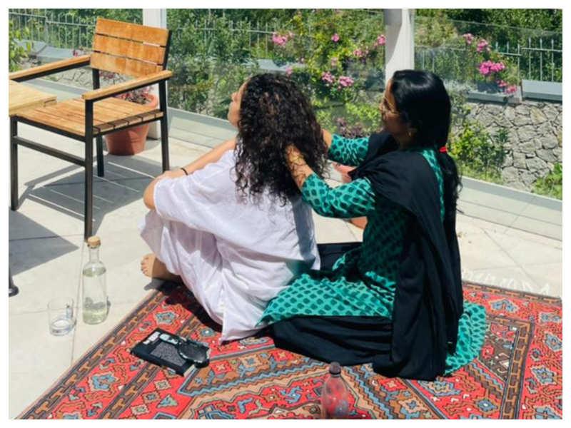 Kangana Ranaut enjoys a head massage by her mother in Manali: Saari duniya ke sukh ek taraf maa ki goodh ek taraf'