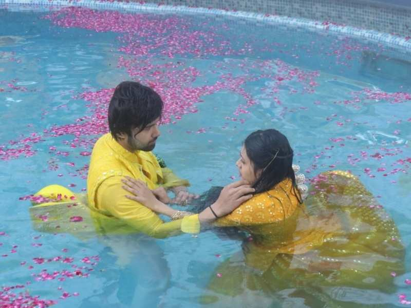 Sasural Simar Ka 2 actors Avinash Mukherjee and Radhika Muthumkar shoot in a swimming pool for 3 hours for a perfect shot