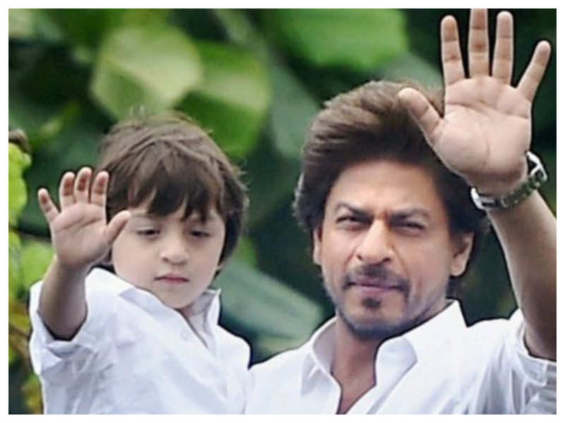 """Watch: When Shah Rukh Khan's son AbRam had screamed at the paparazzi for clicking his photos: """"No Pictures!"""""""