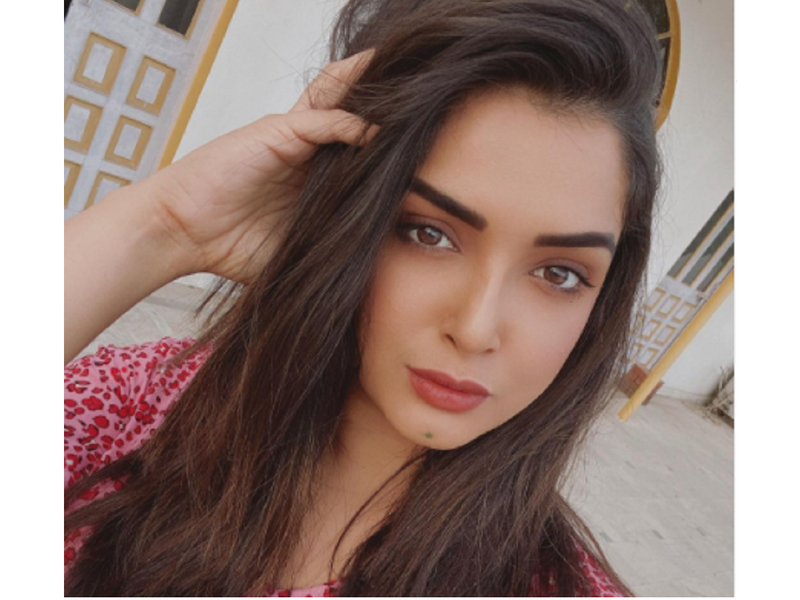 """Aamrapali Dubey gets her """"model face"""" as she poses for a selfie"""