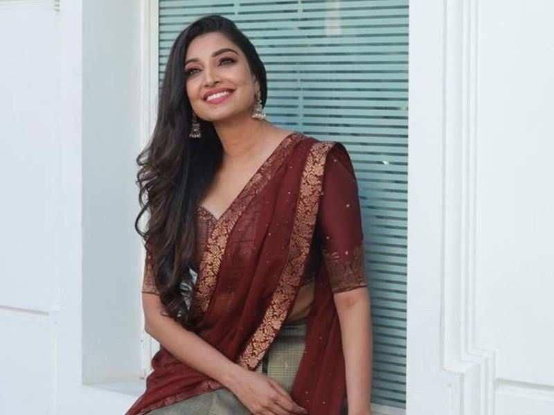 Watch: Bigg Boss Malayalam 3's Rithu Manthra performs her signature song 'Rasayayayo'