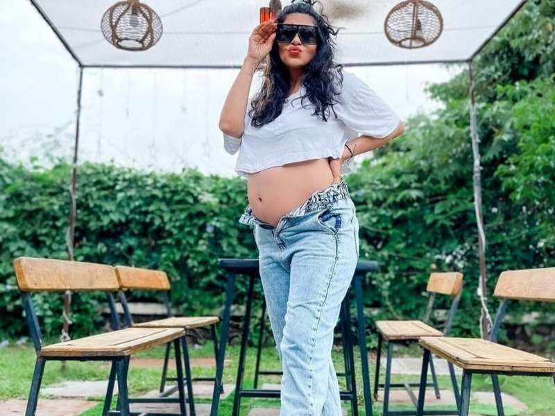Pregnant Kishwer Merchantt flaunts baby bump in mom-jeans and crop top; see her new post