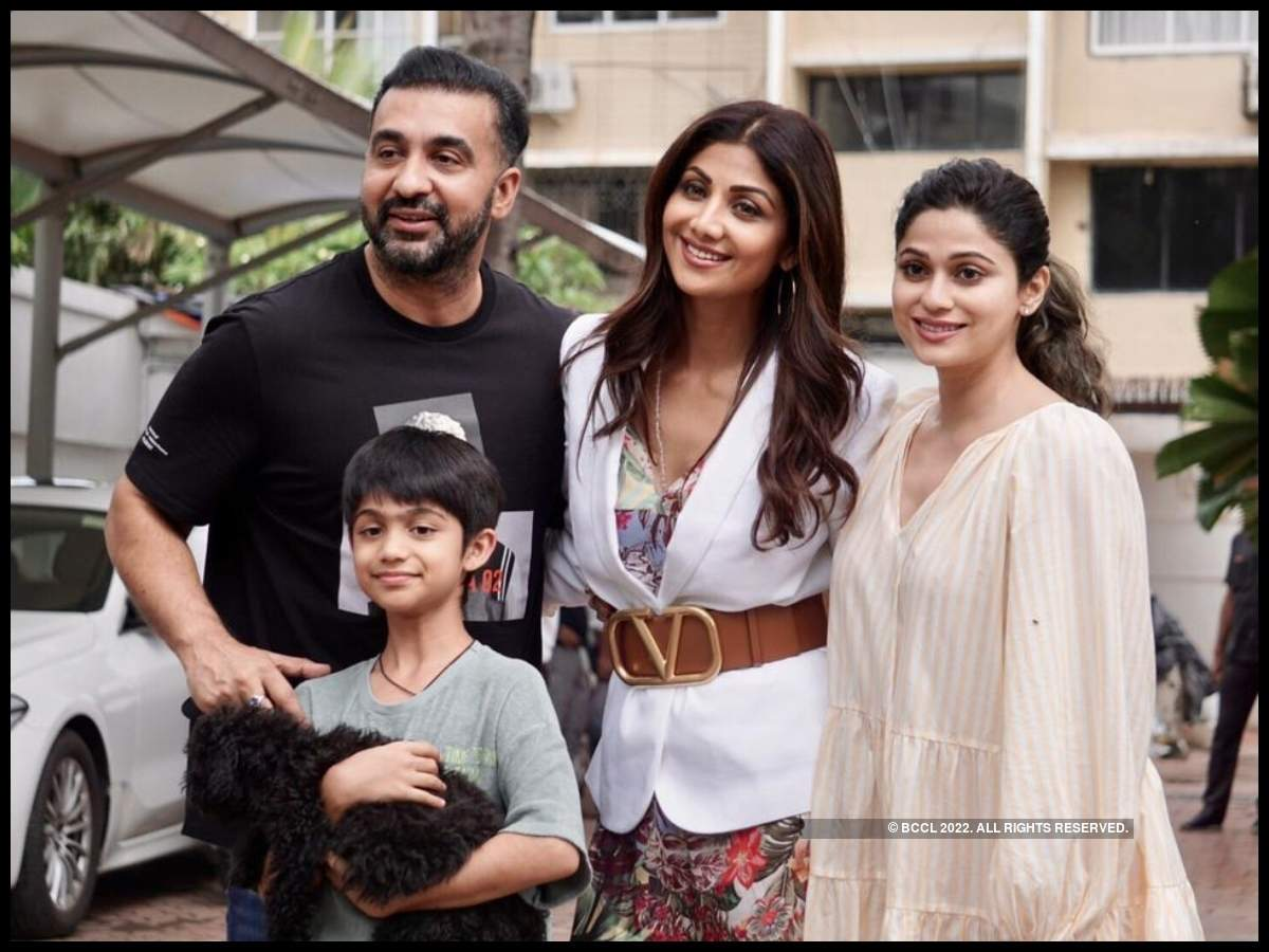 Shilpa Shetty Kundra cuts her birthday cake with paparazzi outside her  residence - watch | Hindi Movie News - Times of India