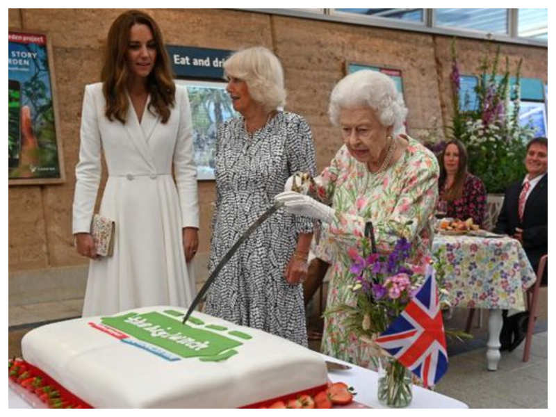 Viral: Queen Elizabeth cuts cake with sword, netizens are amazed