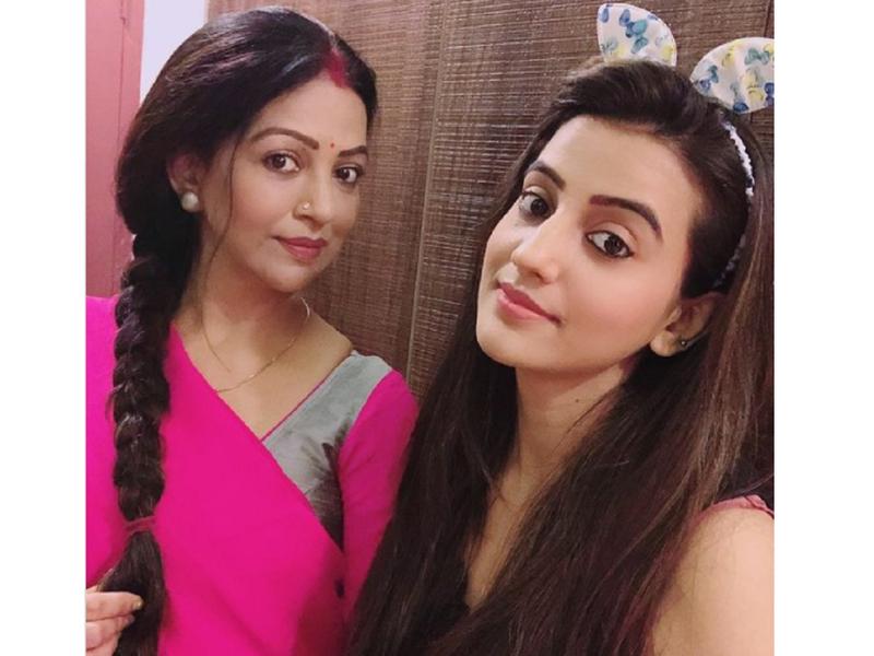 Akshara Singh turns teacher for her mother Neelima Singh on her birthday