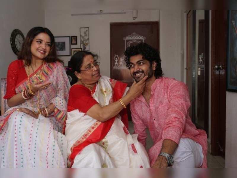 Om-Mimi prep up for their first #JamaiShashthi