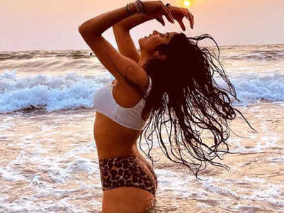 Janhvi Kapoor ups the hotness quotient in mismatched bikini