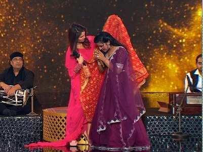 Sonu Kakkar gives a present to Arunita Kanjila