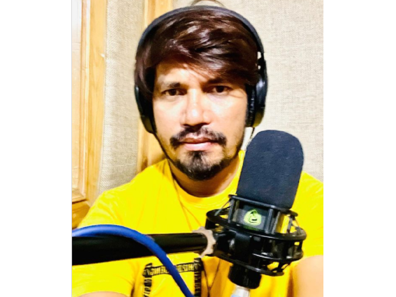 Pravesh Lal Yadav completes dubbing for 'Preetam Pyaare'; shares photos from the studio