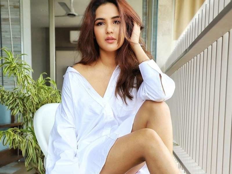 Jasmin Bhasin makes boyfriend Aly Goni go 'Uff kya ladki hai' as she poses in a white shirt