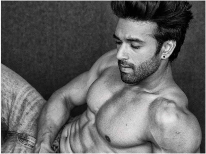 Pulkit Samrat sets Instagram ablaze with his shirtless drool worthy image!