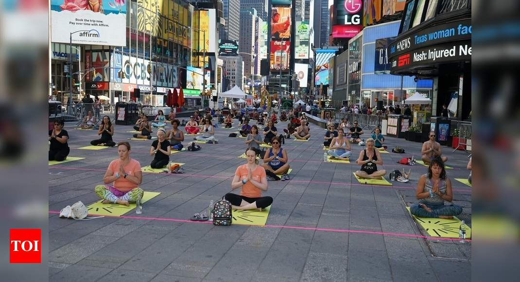 Over 3,000 people perform Yoga at iconic Times Square thumbnail