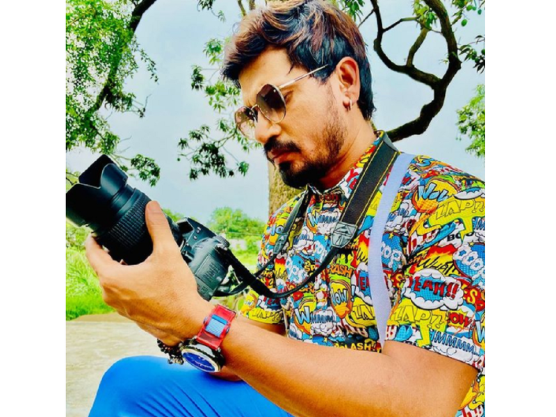 Pravesh Lal Yadav's 'Mickel Photographer' look is out