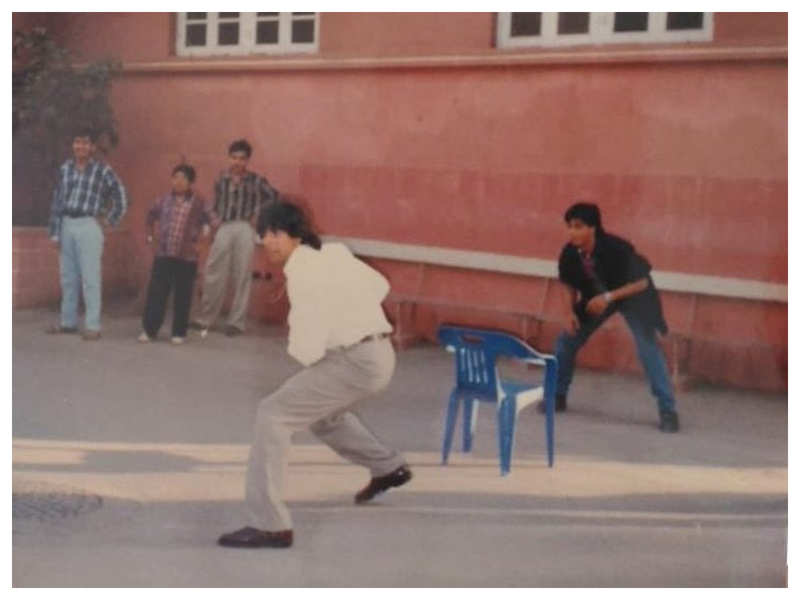 This rare picture of Shah Rukh Khan and Akshay Kumar playing cricket on the sets of 'Dil Toh Pagal Hai' is pure gold