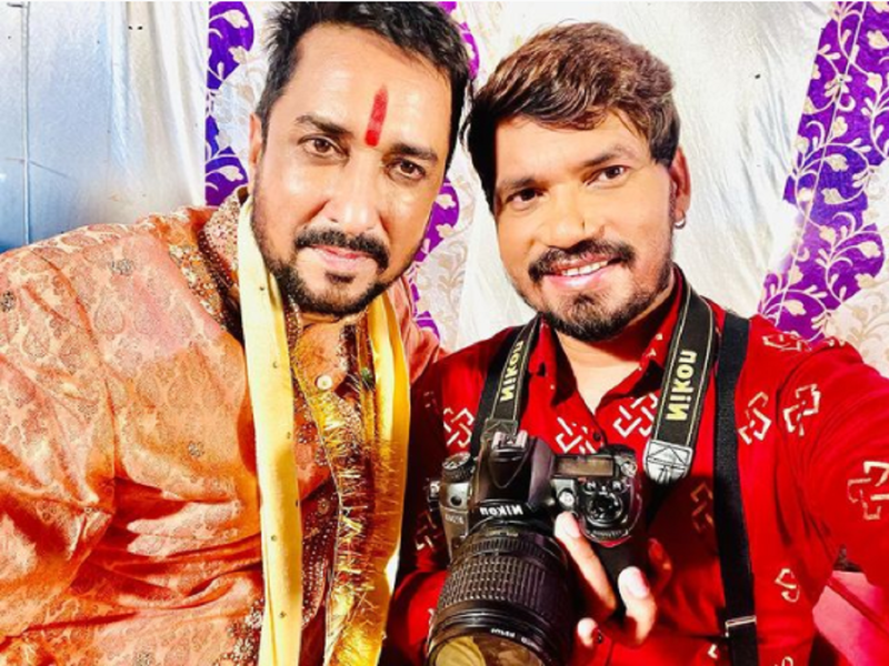Pravesh Lal Yadav shares a selfie with co-star Sanjay Pandey from the sets of 'Mickel Photographer'