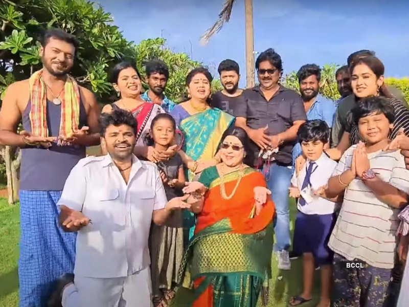 Abhiyum Naanum completes 200 episodes; Rajkamal, Akila and others thank fans