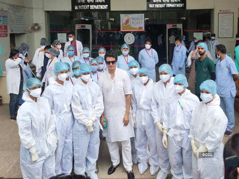Aniruddh Dave with the hospital staff