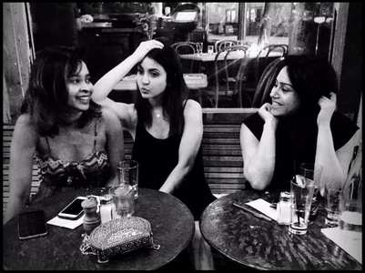 Anushka posts an unseen pic with her girl gang
