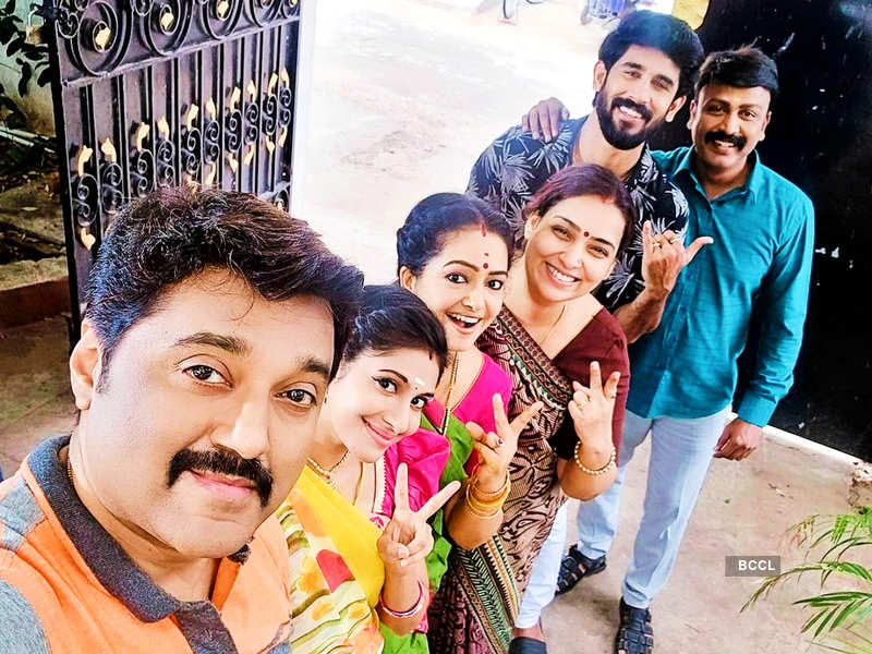 Rajamagal crosses 400 episodes; Iraa Agarwal and others thank fans for the support (Photo - Instagram)