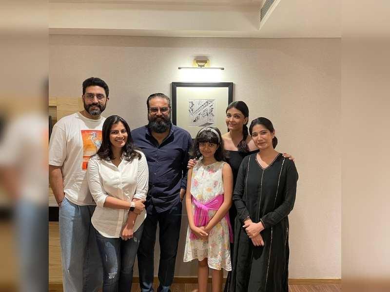 Aishwarya Rai and Abhishek Bachchan share a smiling picture with Sarath Kumar's family