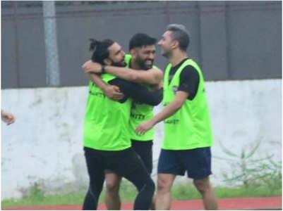 Ranveer & Dhoni hug each other during match